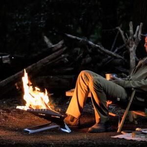 火の粉に強い難燃ウェアで、焚き火に興じるキャンプの夜も安心